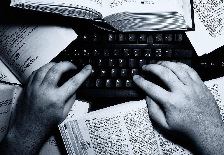 Литературный переводчик за работой
